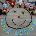 Dzieci leżą nad uśmiechniętą buzią z kasztanów