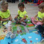 Dzieci oglądają kajdanki
