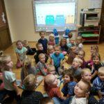 Dzieci oglądają na tablicy interaktywnej film edukacyjny
