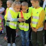 Dzieci oglądają wyposażenie policjanta