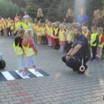 Dzieci podczas nauki przechodzenia przez przejście dla pieszych