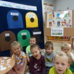 Dzieci poznają kolory pojemników na odpady