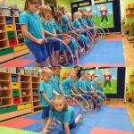 Dzieci przechodzą przez obręcze