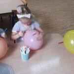 Dzieci rysują balonach uśmiechnięte buźki