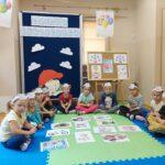 Dzieci siedzą w kóleczku