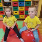 Dzieci skaczą na piłkach 2