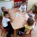 Dzieci składaja kosz na plastik