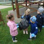 Dzieci sprzątają swoją okolicę