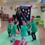 Dzieci tańczą w kole