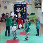 Dzieci tancza z Myszka Miki
