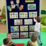 Dzieci uczą się segregacji smieci