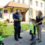 Dzieci wręczają wrzosa policjantowi