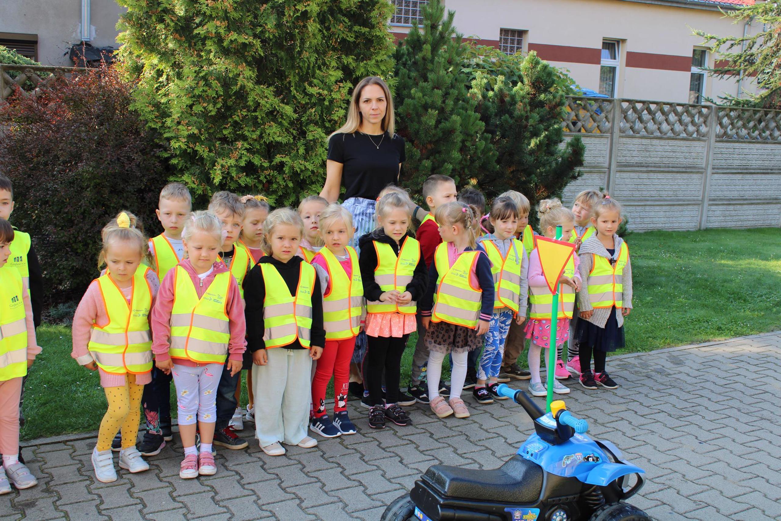 Dzieci z grupy Biedronek w kamizelkach odblaskowych