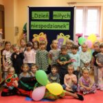 Dzieci z grupy Biedronek z klaunem