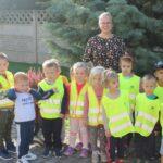 Dzieci z grupy Mrówek w kamizelkach odblaskowych
