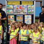 Dzieci z grupy Tulipanków z policjantem