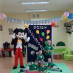 Dzieci z grupy Żabki stoją z Myszka Miki