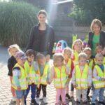 Dzieci z grupy Żuczków w kamizelkach odblaskowych