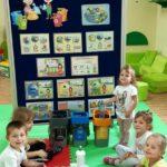 Dzieci z grupy żabki segreguja śmieci