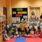 Dzieci z nauczycielkami przy tablicy