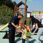 Dziecko wrecza policjantowi prezent