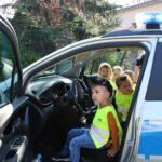 Dziecko za kierownicą radiowozu policyjnego