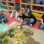 Dziewczynka układa liście szczęscia