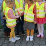Dziewczynki oglądają lizaka policyjnego