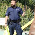 Pan Policjant pokazuje krótkofalówkę