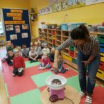Pani Ania robi watę cukrowa dla dzieci