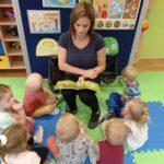 Pani czyta dzieciom bajkę o Sprzątaniu świata