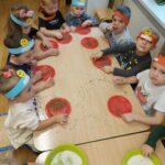 Przedszkolaki bawia się kaszą gryczaną