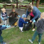 Wspólne sprzatanie śmieci w okolicy placu zabaw