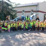 Zdjęcie wszystkich przedszkolaków wraz z nauczycielkami i policjantem