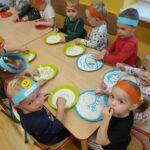 dzieci bawia sie kaszą manną