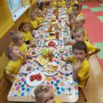 dzieci jedzą poczęstunek
