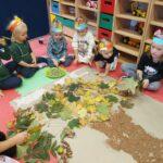 dzieci wykonują drzewo 2