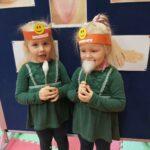 dziewczynki smakuja watę cukrową (Kopiowanie)