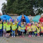 przedszkolaki przy koszach na śmieci