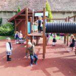 dzieci z biedronek na placu zabaw