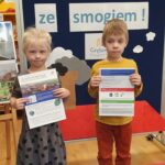Dwoje dzieci prezentuje ulotki dla rodziców