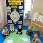 Dzieci biorą udziałw zabawie chmurka