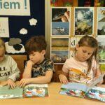 Dzieci czytają ksiązeczki