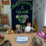 Dzieci dmuchają balony w celu obserwacji ich powiększenia przez wdmuchiwanie powietrza