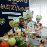 Dzieci doprawiają sałatkę warzywną