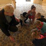 Dzieci dotykają kamienną podłogę