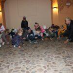 Dzieci dotykają kamiennej podłogi