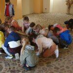 Dzieci dotykają kamiennej posadzki