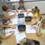 Dzieci kolorują karty pracy związane z tematyką Odetchnij z Ulgą
