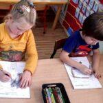 Dzieci koloruja kolorowankę